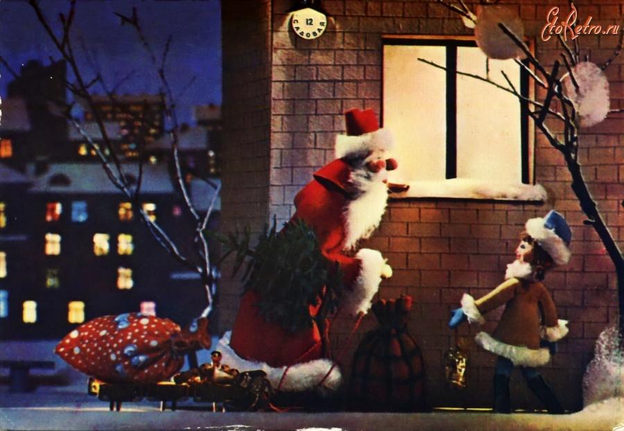 Новогодняя открытка дед мороз смотрит в окно, картинки одноклассникам открытки