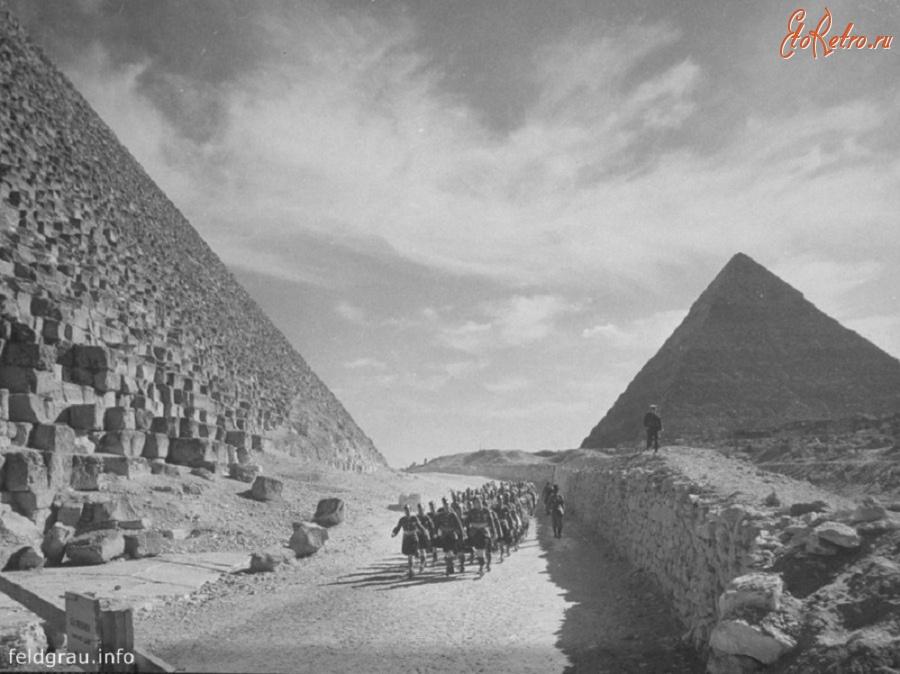 Британские войска проходят маршем возле Великих пирамид в Египте, 1940