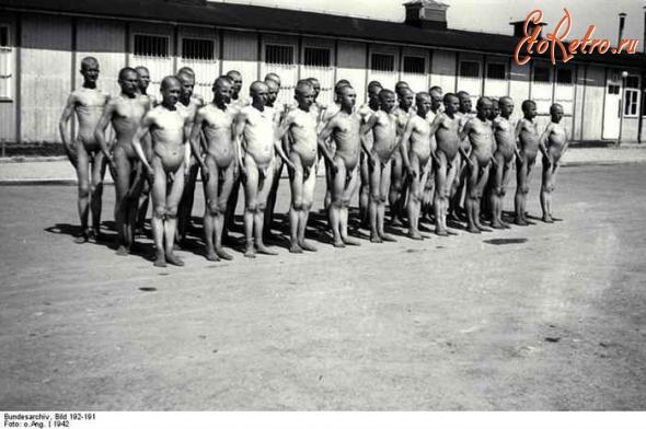 Узники в одном из бараков концлагеря Маутхаузен У одного конца барака, стоя