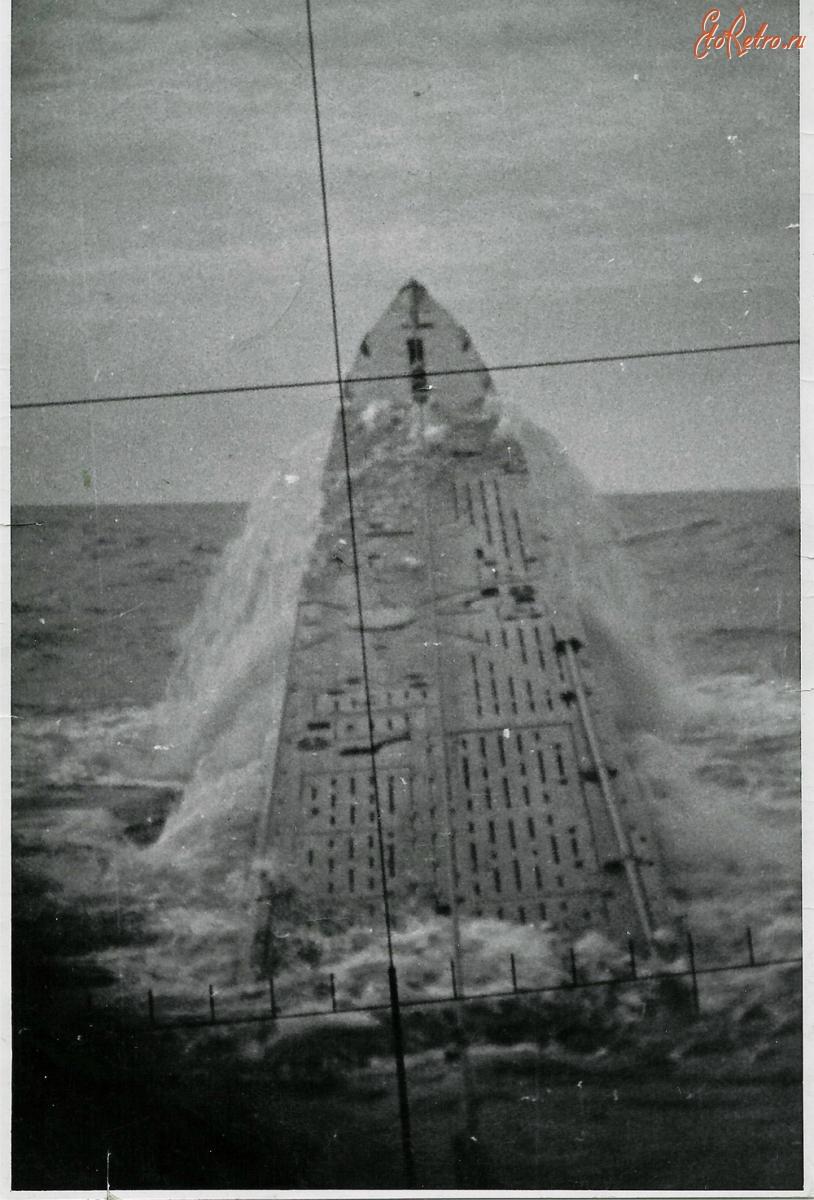 подводная лодка всплыла на расстоянии 200 м от берега вызвав волны
