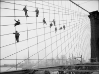 Нью-Йорк - Painters suspended on cables of the Brooklyn Bridge, on 07 October 1914 США, Нью-Йорк (штат), Нью-Йорк, Бруклин