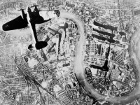 Лондон - Heinkel He 111 bomber over the Surrey docks and Wapping in the East End of London