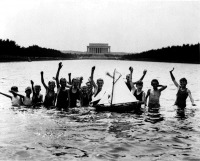 Вашингтон - Group of boys waving at the photographer while playing in the reflecting pool in front of the Lincoln Memorial with a toy sailboat США , Вашингтон (округ Колумбия)